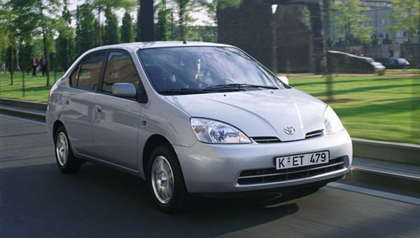 丰田1997年推出第一代普锐斯混合动力汽车